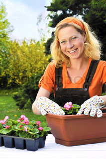 Woman plantning blomster