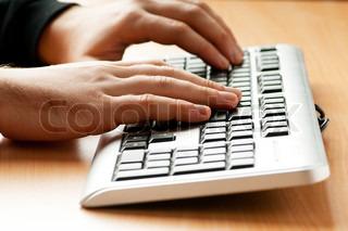 zwei Hände, die Arbeiten auf der Tastatur, Silber