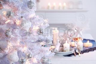 Placer indstilling til jul i hvid med hvid juletræ