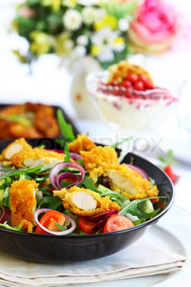 große Gourmet-Salat mit Mischgemüse und Curry-Huhn-Streifen