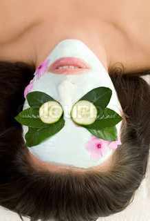 Green tea and cucumber mask facial treatment that promotes vibrant, youthful and healthy looking skin During the application process, intense moisture and essential antioxidants penetrate the skin