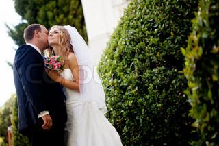 glückliche Braut und Bräutigam feiern ihren Hochzeitstag