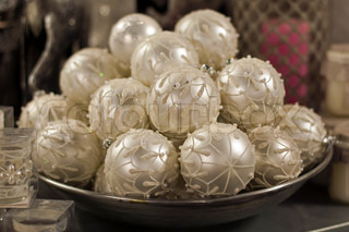 beautifull white christmas balls for decoration