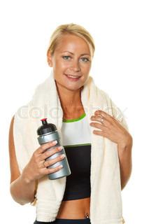 eine sportliche junge Frau nach einem Training im Fitnessstudio