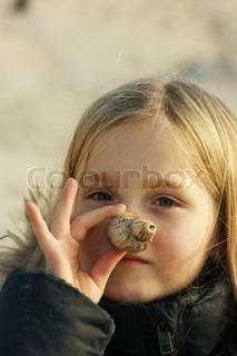 Efterår - pige bruger sneglehus som næse
