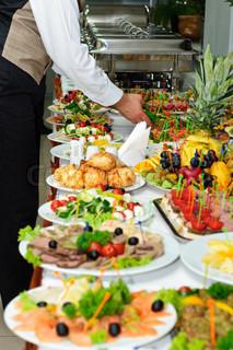 reichen serviert Bankett-Tisch mit viele köstliche Gerichte