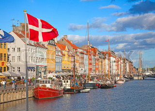 KØBENHAVN, DANMARK - AUGUST 25: uidentificerede personer, der nyder solrigt vejr i åbne cafeer af den berømte Nyhavn promenade den 25. august 2010 i København , Danmark