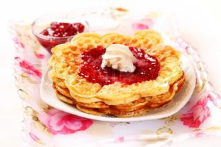 Vafler med friske jordbær marmelade og flødeskum