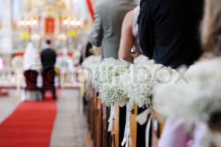 Smukke bryllup blomsterdekorationer i en kirke