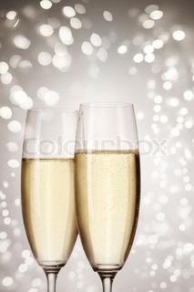 Nahaufnahme der Champagner Flöten und Feiertage Leuchten