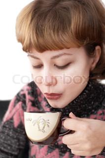 Ung attraktiv kvinde drikker kaffe