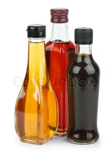 Flasker med æble og rødvinseddike og soja sauceisolated på den hvide baggrund
