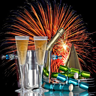 Festive Holiday Fireworks Celebration , Champagne Wine Cooler Bucket Mit Flasche , Party Hat, Gefälligkeiten und Romantic New Years Drinks