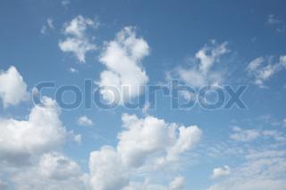 Et billede af himmel med hvide skyer