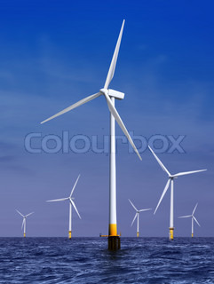 weiße Windkraftanlage zur Stromerzeugung auf dem Meer