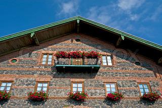 Fassade mit frischen Blumen in den bayerischen Alpen , Deutschland Dekoriert