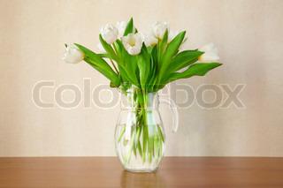 hvide tulipaner i stuen , selektiv fokusering
