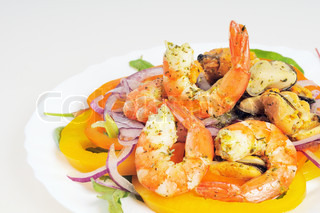 Salad with shrimp, mussels, bell peppers and onions