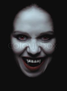 Porträt einer Frau-Vampir mit Gewaff auf schwarzem Hintergrund