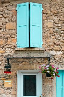 Detail der Fassade des Französisch Home mit Blumen geschmückt