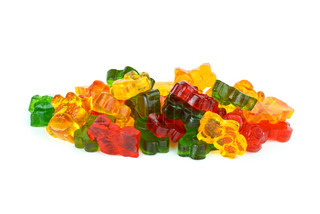 Nogle bjørn -formede forskellige farvede frugtgelé isoleret på den hvide baggrund