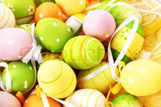 Påske indstilling med farverige æg