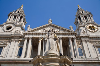 London - st. Pauls cathedral and statue of queen