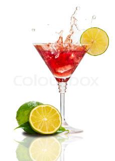 Rød martini cocktail med plask og lime isoleret
