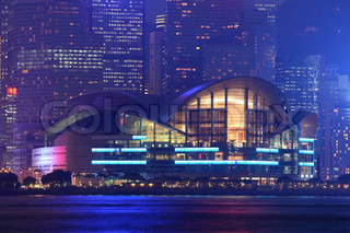 Hong Kong Convention and Exhibition Centre in der Nacht beleuchtet