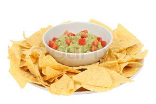 Guacamole und Chips gegenüber dem weißen Hintergrund isoliert