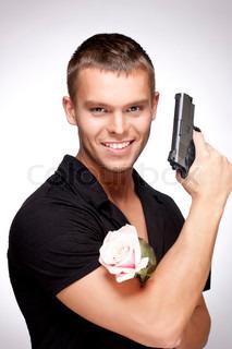 Mann mit rosa Rose und Pistole