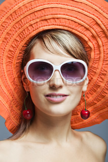 beautiful girl in orange Hut und Sonnenbrille