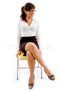 Ganzkörper-Ansicht der Frau auf Stuhl sitzend