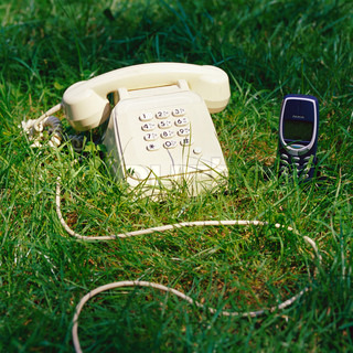 Gestresste B Roangestellte Mit Zwei Telefonen Stock Foto