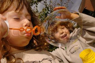 Billede af 'sæbeboblen, børn, sæbebobler'