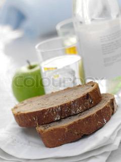 Lækker sund morgenmad bestående af rugbrød og et æble
