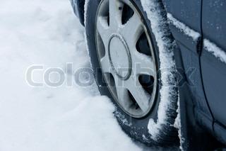 Bilfordæk i sneen om vinteren i Danmark