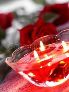 Brændende stearinlys i en glasskål