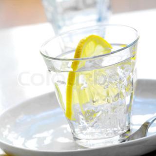 Forfriskende glas vand med citron