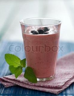 Lyserød forforfriskende smoothie med blåbær på toppen