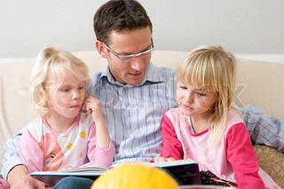 Vater eine Geschichte zu erzählen, zu seinen Töchtern