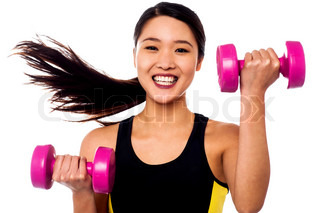 Glückliche fitness woman lifting dumbbells