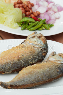 Fried fish with side dishes such as vegetables and peppers for Side dishes for fried fish