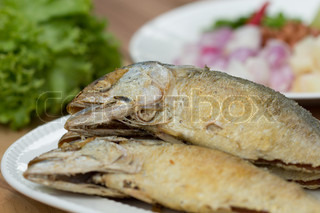 Fried fish with side dishes such as vegetables and peppers for Sides for fried fish