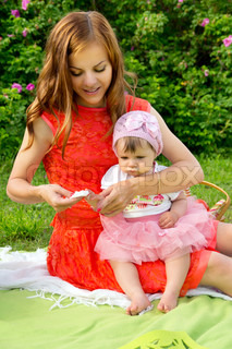 Picnic, mom washes baby wipes