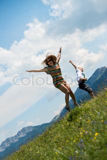 mor og søn hoppe i engen